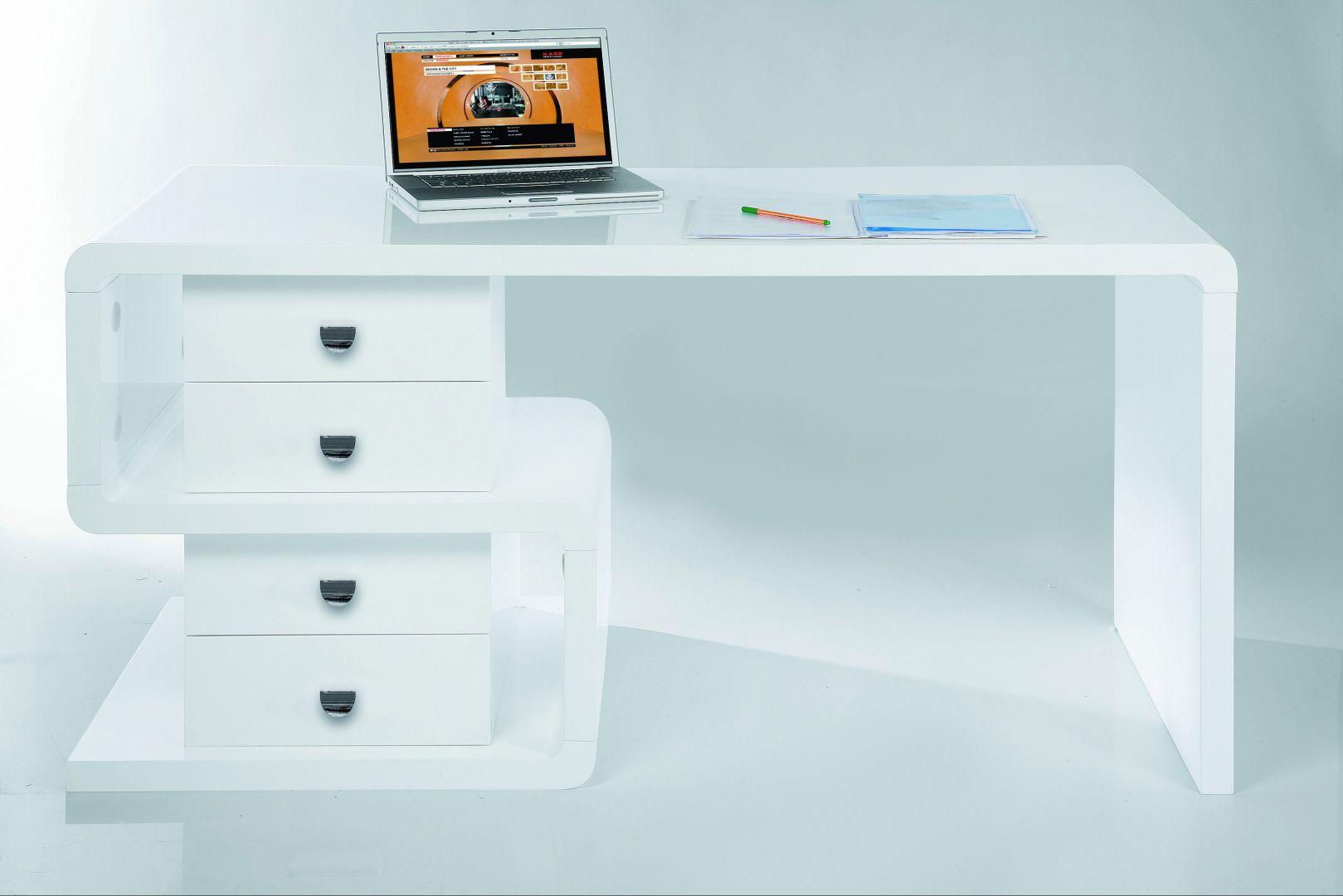 Na jasnym blacie nowoczesnego biurka nie zapodzieje się nawet jeden spinacz. Fot. Moma Studio.