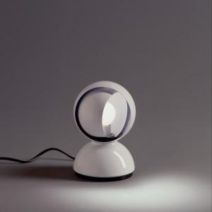 Lampka  Eclisse, projektu Vico Magistrettiego, to ikona światowego wzornictwa i wdzięczny przykład popowego dizajnu lat 60 w domowym biurze. Fot. Czerwona Maszyna.