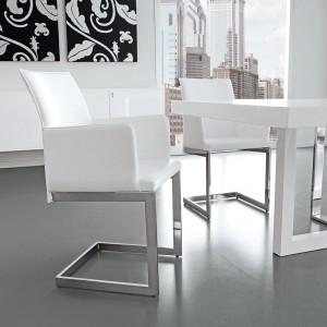 Białe krzesło z chromowanymi elementami marki Antonello. Fot. Ebano Design.