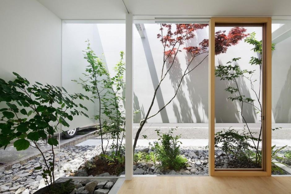 Dzięki nietypowej konstrukcji dom i ogród są ze sobą stopione w całość.  Fot. Nacasa & Partners Makoto Yasuda.