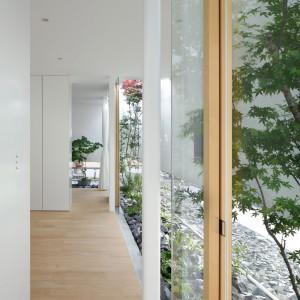Ogród zaaranżowany w japońskiej stylistyce, a więc minimalistyczny i geometryczny. Fot. Nacasa & Partners Makoto Yasuda.