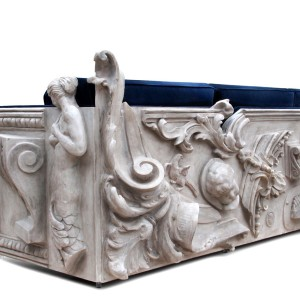Sofa Versailles przenosi nas na XVII-wieczny francuski dwór królewski. Boczne panele rzeźbione są ręcznie.