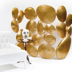 Parawan Gold. Materiał: włókno szklane wypełnione poliuretanem i wykończone płatkami złota.