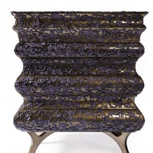 Crochet to komoda z 7 szufladami, której design inspirowany jest misterną sztuką wytwarzania koronek. Materiał: drewno wykończone płatkami złota i lakierem na wysoki połysk.