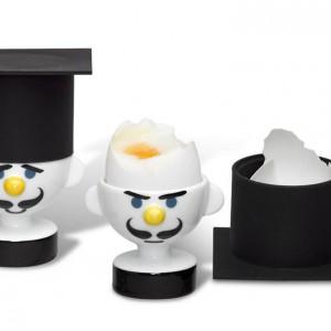 """Podstawka pod jajko """"Profesor"""" z silikonowym kapeluszem pełniącym rolę funkcjonalnej przykrywki. Dzięki niej jajko dłużej utrzyma swoją temperaturę, a gdy już zabierzemy się do jedzenia, kapelusz staje się pojemnikiem na skorupki. 79 zł/komplet (2 podstawki), PO/Homebutik."""