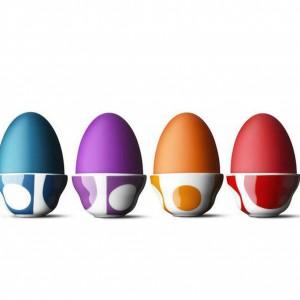 Nowoczesna, geometryczna, kolorowa i limitowana kolekcja podstawek pod jajko zaprojektowana przez Pernille Vea z autografem Vernera Pantona. Design kolekcji nawiązuje do kultowej i pierwszej kolekcji tekstyliów zaprojektowanych przez Vernera Pantona w 1960 roku. Podstawki wykonane są z wysokiej jakości porcelany. 212 zł/4 sztuki, Menu/Worldsdesign.