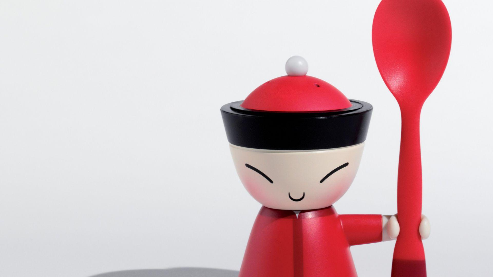 Kieliszek na jajko Mr. Chin to kolejny element kolekcji Chin Family zaprojektowanej przez Stefano Giovannoni we współpracy z Narodowym Muzeum Tajwanu. Projekt ten złożony jest z trzech elementów: podstawki z kieliszkiem na jajko, łyżeczki oraz solniczki ukrytej w czapeczce. Wykonany z tworzywa sztucznego. Wysokość: 11 cm. 95 zł, A di Alessi/Uniqon.