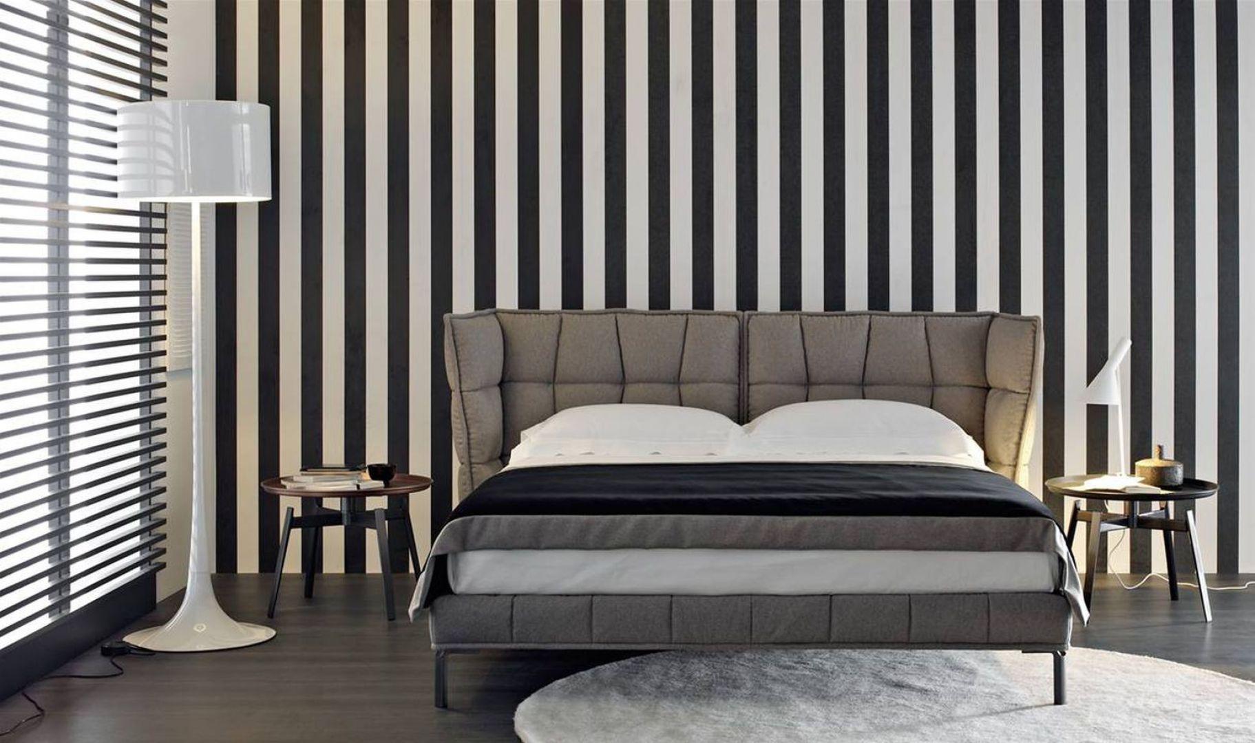 Charakterystyczny, kształt zagłówka z pikowaną tapicerką, sprawia, że łóżko Husk jest bardzo eleganckie. Do wyboru jest wiele tapicerek i dwa wymiary łóżka. Projekt powstał przy współpracy z B&B Italia. Fot. B&B Italia.