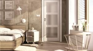 Drzwi w sypialni powinny nam zapewniać ciszę i prywatność. Wybór konkretnego modelu powinien zależeć od naszych indywidualnych upodobań i potrzeb. Do wyboru spośród wielu modeli mamy drzwi pełne oraz z przeszkleniami.