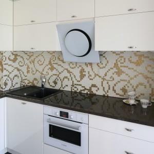 Okap (Elica) ma ładną, elegancką formę, a jego kolor fajnie koresponduje w piekarnikiem (Bosch). Białe AGD doskonale pasuje również do zabudowy kuchennej. Fot. Bartosz Jarosz.