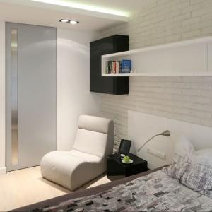 Sypialnia, podobnie jak całe mieszkanie, także utrzymana jest w lekkiej, naturalnej stylistyce. Projektanci wnętrza zaproponowali zmiany w układzie pomieszczeń - kosztem zmniejszenia korytarza udało się wygospodarować miejsce na garderobę w sypialni. Fot. Bartosz Jarosz.