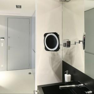 Na wyposażenie łazienki składają się  wykonane na zamówienie, z granitu o matowej powierzchni, umywalka, szafka, obudowa wc oraz okładzina ścienna. Kamienny korpus szafki oferuje szuflady z frontami z czarnego MDF-u. Fot. Bartosz Jarosz.