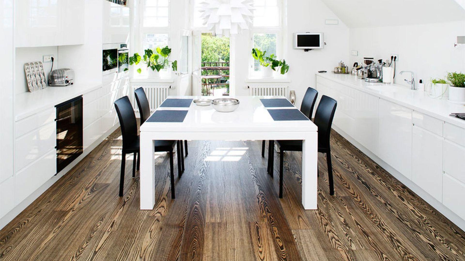 Szczotkowana podłoga wykonana z drewna jesionu. Bardzo bogata kolorystycznie. Wymiary deski: 15x158x2180 mm. 327 zł/m2, Timberwise.