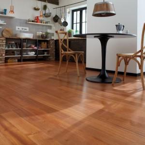 Egzotyczny gatunek doussie świetnie pasuje do kuchenno-jadalnych wnętrz. Jest to podłoga dwuwarstwowa, we wzorze pełnej deski. 654 zł/m2, Bauwerk Parkett.