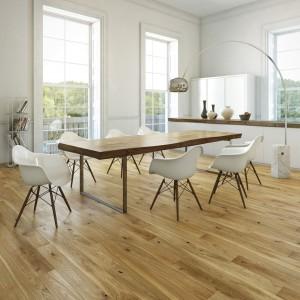 Podłoga Dąb Grand Canion Grande z serii Pure. Deska jednolamelowa, której charakteru dodają wyraźnie widoczne naturalne cechy drewna: sęki i usłojenie. Struktura drewna podkreślona dzięki szczotkowaniu. Zabezpieczona transparentnym olejem oksydacyjnym. Wymiary deski: 2200x180x14 mm. Ok. 214 zł/m2, Barlinek.