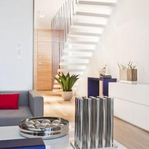 Duże wrażenie robią prowadzące na antresolę nowoczesne, minimalistyczne schody. Fot. Ghelamco Poland.