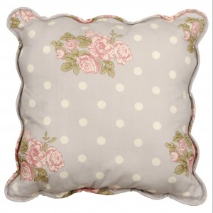 Pastelowa poduszka dekoracyjna, zdobiona kwiatowymi motywami. Fot.Kik.