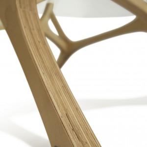 Stolik Łoś.  Podstawa  składa się z czterech identycznych, powtarzających się elementów. Fot. Tabanda.