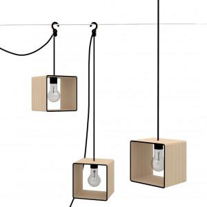 Lampania to sześcian świetlny, wykonany z przekrojów sklejki brzozowej. Lampania nie ma stałego miejsca, lubi podróżować - dzięki haczykowi i długiemu przewodowi pozwala na dowolne umiejscowienie w pomieszczeniu. Fot. Tabanda.