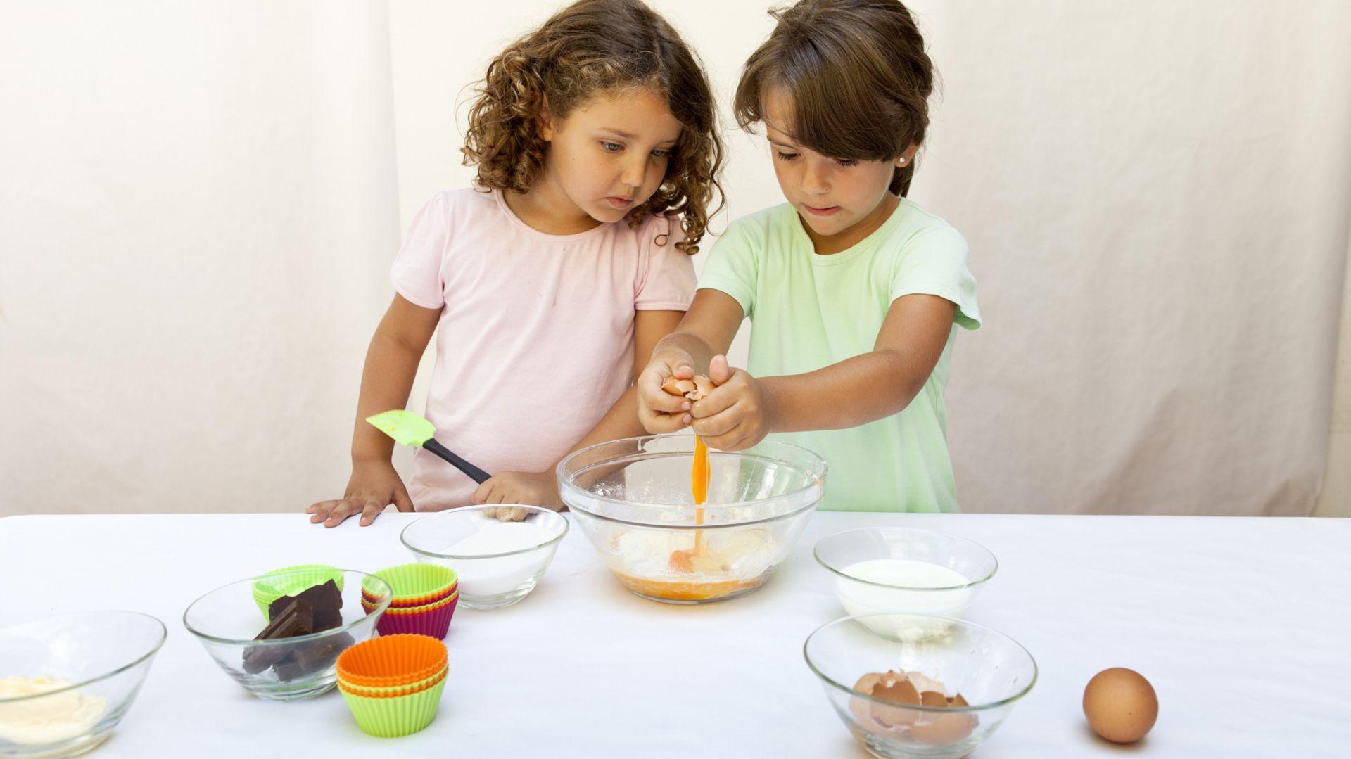 Zestaw Kit Cupcake do pieczenia i ozdabiania muffinów i Cupcake'ów. W skład zestawu wchodzi: sześć silikonowych foremek do pieczenia muffinów oraz duży, silikonowy pojemnik do nakładania ciasta/masy i dekorowania ciasteczek, z sześcioma, wymiennymi końcówkami. 114 zł, Lekue/LeDuvel.