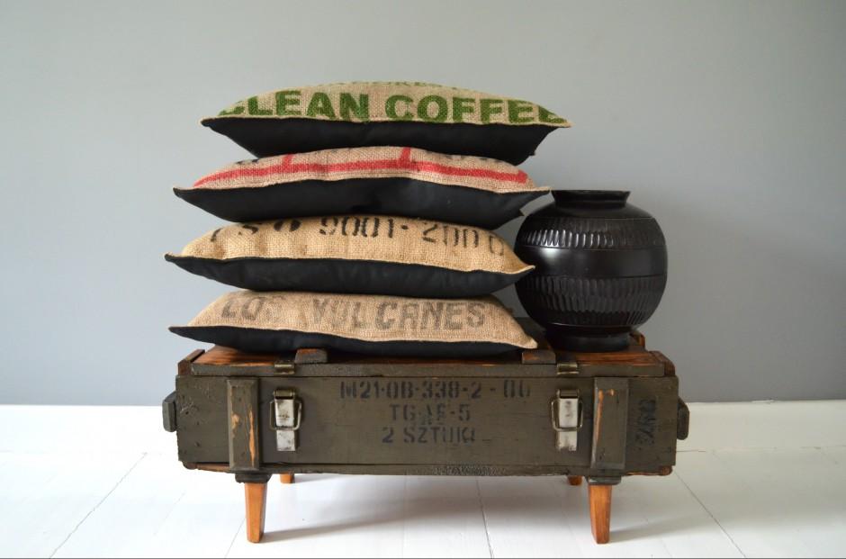 Poduszki dekoracyjne wykonane z worków jutowych pochodzących od producentów kawy. Fot. Loofdesign.