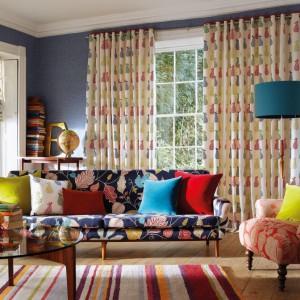 Tkaniny z kolekcji Folia - na zasłonach i dekoracyjnej rolecie. Fot. Harlequin/Impresje Home Collection.