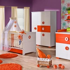 Dość odważna kompozycja: biało-pomarańczowe meble oraz fioletowe i różowe ściany. Fot. ATB Meble.