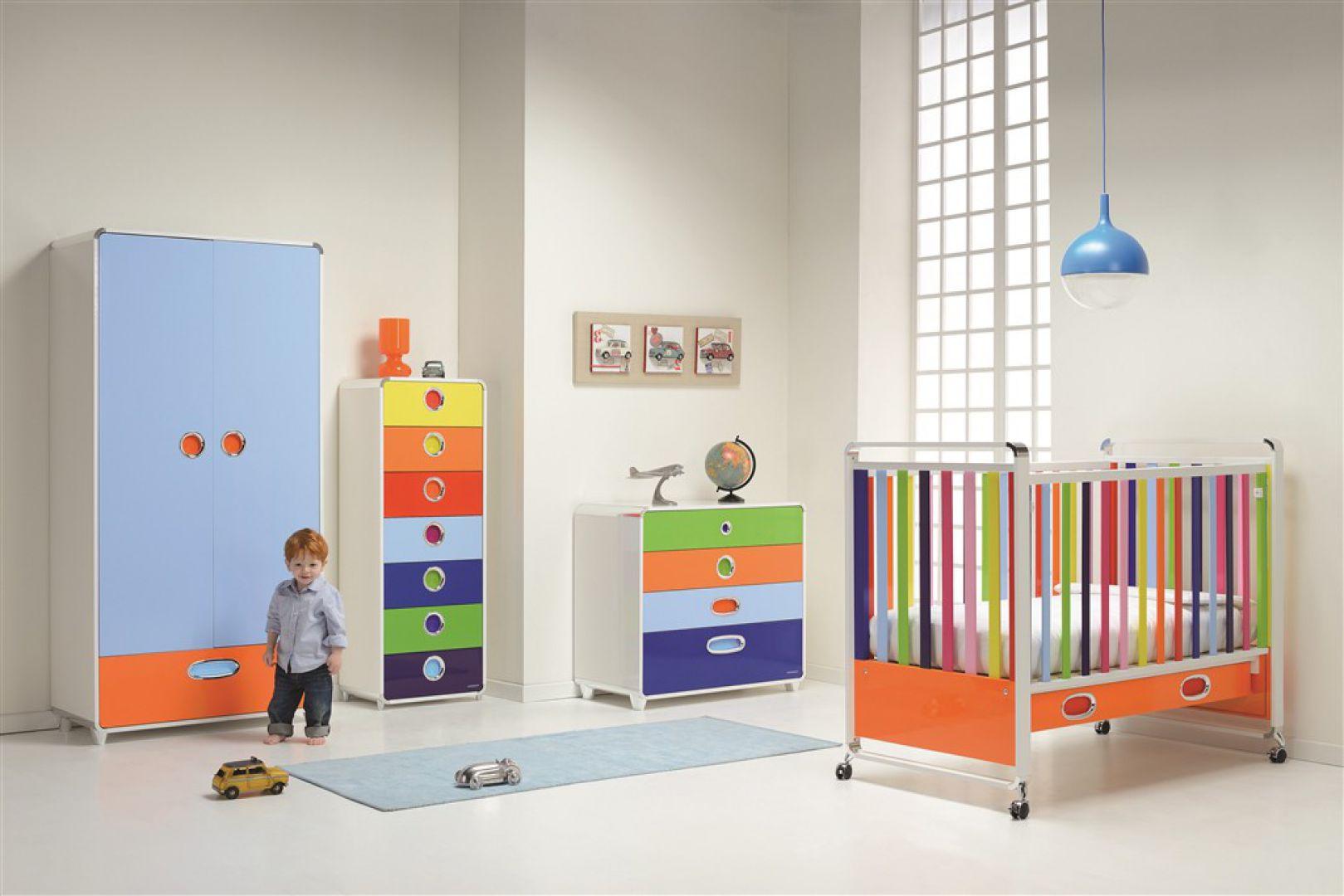 Białą, dość chłodną przestrzeń wnętrza ożywiają kolorowe fronty dziecięcych mebelków. Fot. Trading Partners.