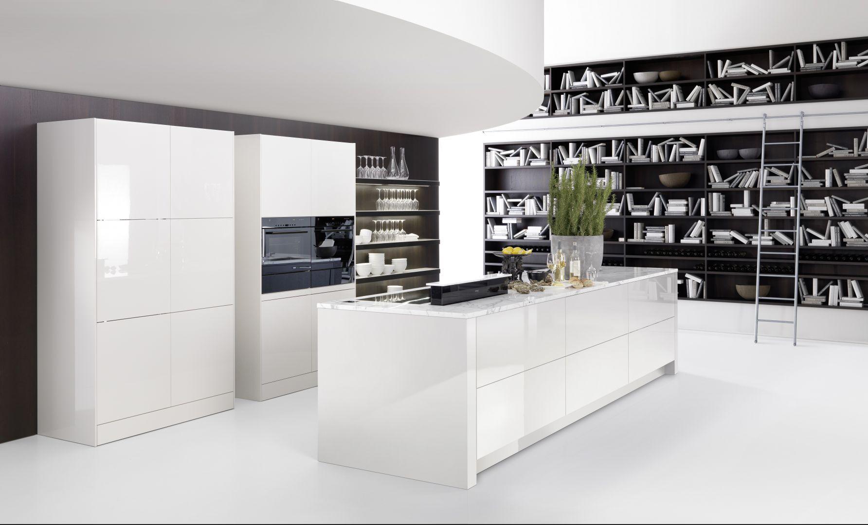 Kuchnię Cambia wyróżnia prostota i subtelny urok. Nawet urządzenia AGD takie jak okap czy lodówka, pozostają dyskretnie w tle. Fronty wykończone białym lakierem w połysku uzupełnia kamienny, stylowy blat z lekkim wzorem. Otwarta półka zapewnia miejsce na ekspozycję dekoracyjnych elementów wyposażenia. Wycena indywidualna, Rational.