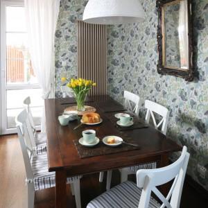 Rodzinna jadalnia z dużym stołem znajduje się między kuchnią i salonem. Fot. Bartosz Jarosz.
