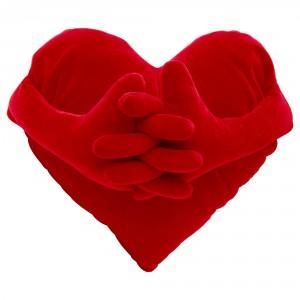 Poduszka w kształcie serca z pluszowymi łapkami. Cena 19,99 zł. Fot. Ikea.