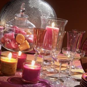 Delikatne, rozproszone światło świec, pomoże nam zbudować romantyczną atmosferę. Fot. Maison du Monde.