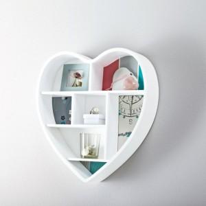 Dekoracyjna półka ścienna w kształcie serca. Istnieje możliwość przymocowania dowolnego tła za pomocą pasków klejących. Cena ok 130 zł. Fot. Tchibo.