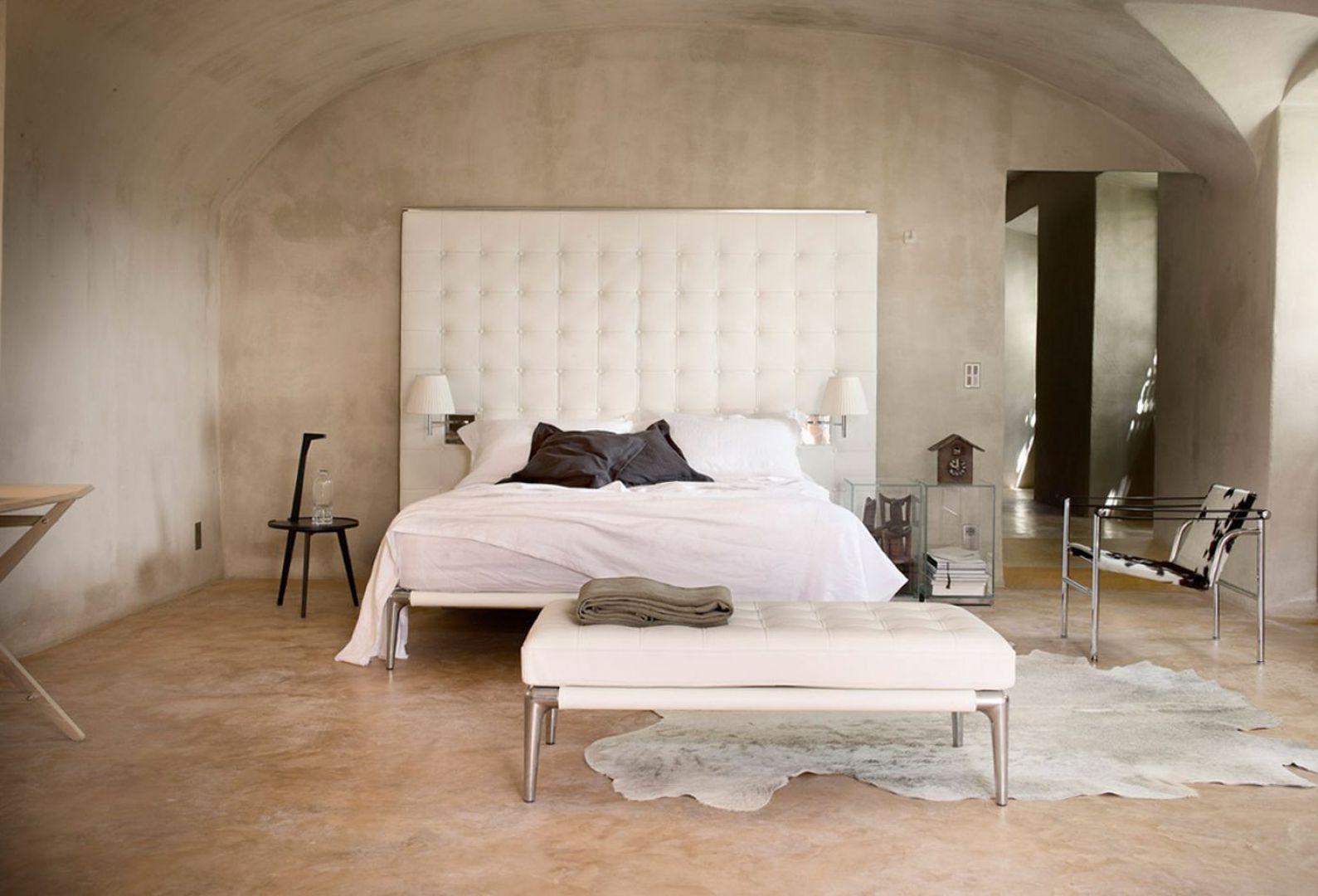 Łóżko Volage projektu P.Starck'a o eleganckim charakterze. Tapicerowany zagłówek dostępny jest w dwóch wersjach: niskiej i wysokiej. Fot. Cassina.