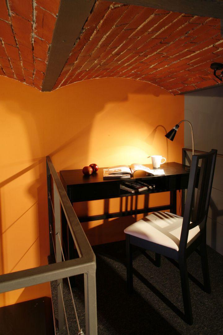 Gabinetowa strefa w sypialni to miejsce nie tylko pracy. Przy biurku możesz oddać się pasjonującej lekturze, jak również napisać notkę w pamiętniku. Fot. Marcin Onufryjuk.