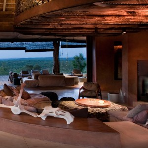 Dom, choć wykonany z drewna i zainspirowany afrykańską architekturą, jest nie tylko komfortowy, ale i nowoczesny.