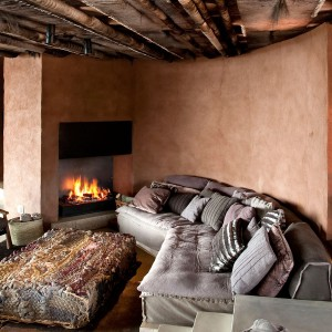 Strefa wypoczynkowa wyposażona w komfortowe kanapy i fotele.