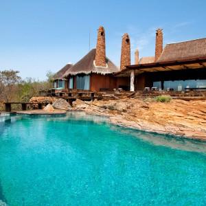 Ważną częścią posiadłości jest piękny basen.