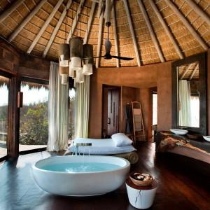 Jedna z kilku luksusowo urządzonych łazienek.