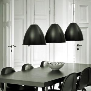 Lampę Bestlite Pendant BL-9 XL zaprojektował zainspirowany wzornictwem Bauhausu brytyjski designer Robert Dudley Best. Lampy Bestlite są w ciągłej produkcji od 1930 roku. Dostępne warianty: czarny/chrom, biały/chrom oraz kremowy/chrom. Dostępne są również żyrandole o różnych średnicach. 2.320 zł (średnica 60 cm), Gubi/Ipnotic Shop.
