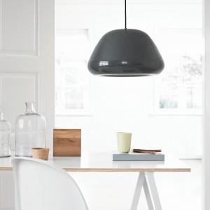 Z myślą o skandynawskich wnętrzach, pełnych światła i nieprzeładowanej przestrzeni powstała lampa wisząca Soft Dog. Projekt: 365° North. Wykonana jest z metalu. Średnica: 46 cm. 1.504 zł, Frandsen/NordDeco.