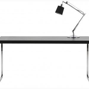 Stół biurowy Lugo zachwyca uniwersalną prostotą. Fornir dębowy barwiony na czarno/chrom. Sprzedaż: BoConcept. Cena: 1.995 zł.
