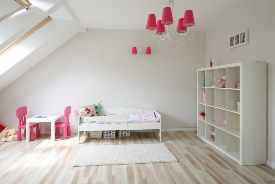 Ważną rolę w systemie oświetlenia dziecięcego pokoju pełnią okna dachowe. Dzięki nim przez znaczną część dnia dziecku towarzyszy światło naturalne. Fot. Bartosz Jarosz.