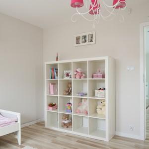 Podłoga wykonana z jasnych paneli to bardzo dobre rozwiązanie. Jest łatwa w utrzymaniu czystości oraz dosyć ciepła. Fot. Bartosz Jarosz.