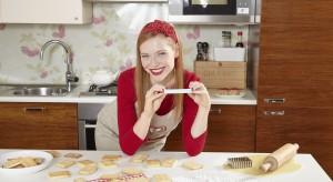 """Babeczki, torcik, a może muffiny. Podane w pięknej romantycznej """"oprawie"""". Zobaczcie nasze pomysły na wspólny walentynkowy obiad, kolację i deser."""