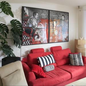 Czerwony raz jeszcze jako towarzysz beży i szarości. W tym wnętrzu pojawia się na obiciu tapicerowanej kanapy oraz na ładnie wyeksponowanym obrazie. Proj. wnętrza Marta Kruk.