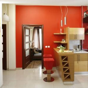 Proj. wnętrza Inside Lab. Apetyczna czerwień pojawiła się w otwartej na pokój dzienny kuchni.