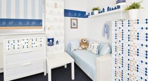 Kwiatki, zwierzaki i samochody, to główne motywy dekoracyjne występujące w dziecięcych pokojach. Proponujemy wyjść poza schemat i ozdobić dziecięce ściany graficznymi domkami ze spiczastymi dachami oraz małymi okienkami.