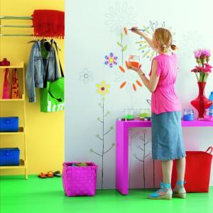 Jednolite ściany mozna urozmaicić efektownymi malunkami. Fot. Dekoral.