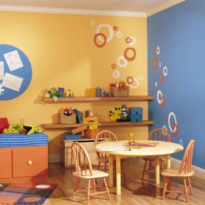 Ciekawy efekt uzyskamy, gdy każdą ze ścian pomalujemy innym kolorem. Fot. Benjamin Moore.